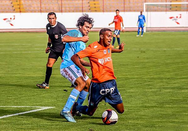 Giancarlo Peña marca a Juniors Ross. En la segunda mitad de la temporada, el capitán de Serrato Pacasmayo fichó por Vallejo. (Foto: prensa César Vallejo)