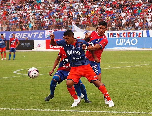 Jair Toledo no le da ni un espacio a Andy Pando, quien intenta salir de marca. (Foto: José Carlos Serrano / Prensa UCV)