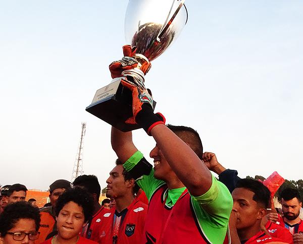 Juan Pretel y todo César Vallejo se saca la espina de 2017 y levanta el trofeo del campeón. (Foto: Larry Jalk / DeChalaca.com)