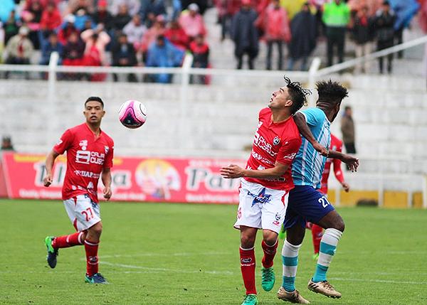 Danny Kong se impone a José Mendoza en el duelo. (Foto: Vicente Ríos / DeChalaca.com)