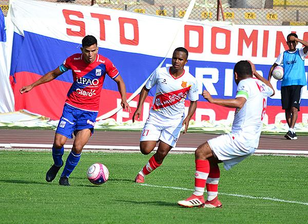 Osnar Noronha se lleva el balón mientras lo sigue Rony Torres. (Foto: Prensa Carlos A. Mannucci)