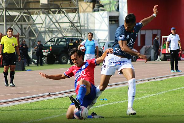 Mario Tajima se barre para quitarle el balón a Matías Sen. (Foto: Prensa Carlos A. Mannucci)