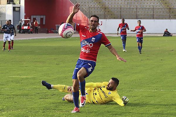 Breno Naranjo se saca a Mario Villasantti para definir. (Foto: Prensa Carlos A. Mannucci)