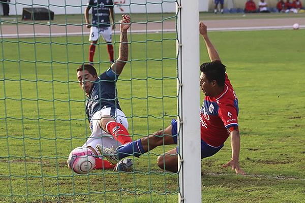 Walter Ibáñez no puede evitar la barrida de Jhony Obeso. (Foto: Prensa Carlos A. Mannucci)