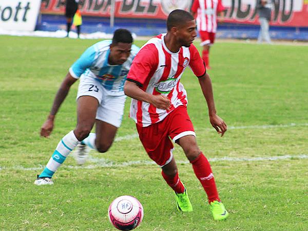 Víctor Eugenio se aleja de Yan Carlos Martínez, aunque el colombiano tuvo una buena actuación. (Foto: José Luis Lázaro)