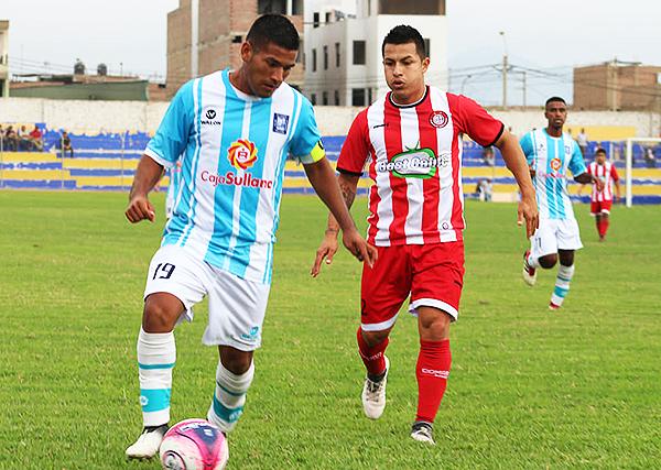 Frank Áivar atento al esférico mientras se acerca Jaime Vásquez. (Foto: José Luis Lázaro)