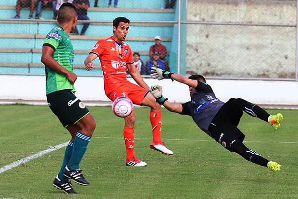 Diego Acosta anticipa a Carlos Orejuela. El arquero de Loreto se esforzó pero no evitó la derrota. (Foto: José Carlos Serrano / Prensa UCV)