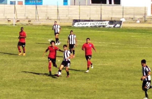 Pedro Peral sale jugando mientras lo presiona José Daniel Gómez. (Foto: Ángel Tasayco)