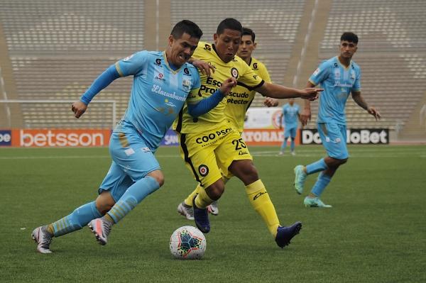 Vega arremete marcado por Chaparro. El capitán llacuabambino gritó el gol del triunfo y fue el mejor del campo. (Foto: Prensa FPF)