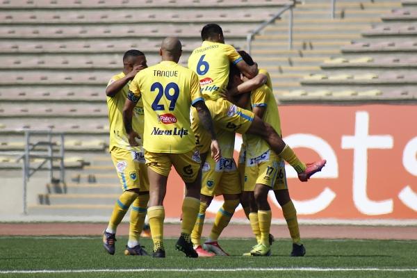 El 'Tanque' Freitas es el principal motivo que permite festejar a Stein, como acá tras el gol de Palacios. (Foto: Prensa FPF)