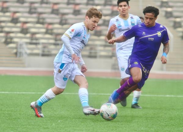 El uruguayo López disputó su primer partido como peruano, tras reemplazar al capitán Vega. Aquí pasa el balón ante la mirada de Martínez. (Foto: Prensa FPF)