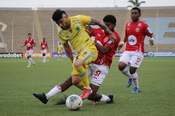 Toledo corta la entrada de Ramírez. El colombiano está lejos de sus mejores tiempos. (Foto: Prensa FPF)