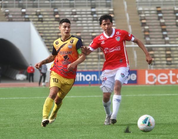 Santamaría brega con Jiménez. El salvadoreño fue el mejor del partido sobre la base de su buen pie. (Foto: Prensa FPF)