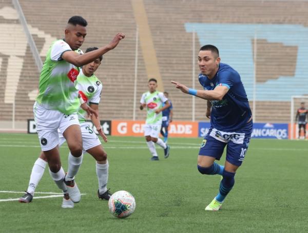 Deza en estampida ante Piero Guzmán. El ex Alianza Lima volvió a jugar como delantero neto en Stein y no lo hizo mal. (Foto: Prensa FPF)
