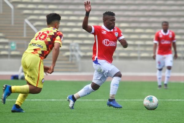 Mosquera generó el primer tanto y fue el mejor del campo. Aquí lucha contra García. (Foto: Prensa FPF)