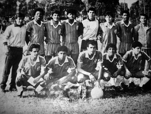 Una formación del Esther Grande cuando actuaba en la Segunda División en la que destaca Carlos Gastiaburú, el tercero de los parados desde la izquierda, campeón con Sporting Cristal en la temporada 1991 (Foto: Facebook)
