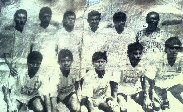 Javier Atoche en el primer equipo de Atlético Grau en el Zonal Norte 1992. Es el tercero de los parados. (Foto: Facebook)