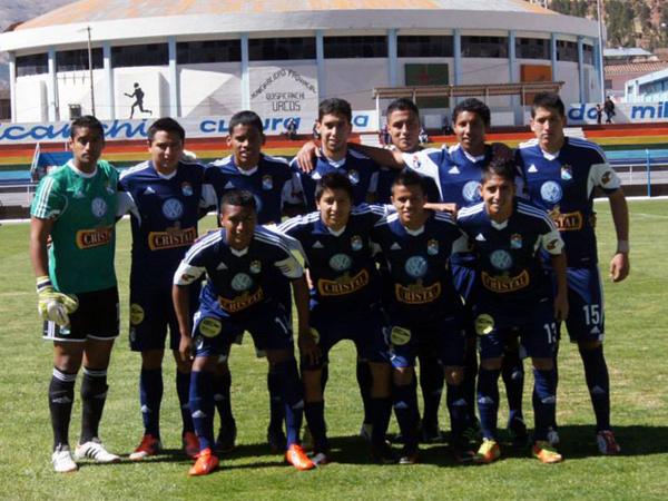 Formación de la reserva de Cristal previo a su partido ante Real Garcilaso en Urcos, con Yair Clavijo entre los jugadores parados. Nada anticipaba tan infortunado desenlace (Foto: prensa Sporting Cristal)