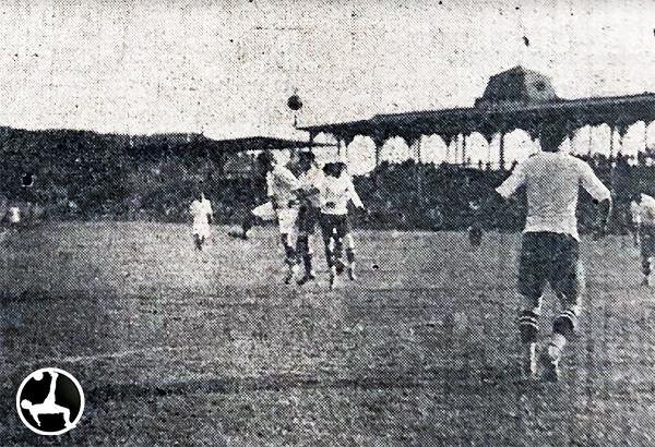 Escena histórica del Federación Universitaria - Liga Chalaca, primer partido disputado por los merengues en el Stadium Nacional. (Foto: diario La Crónica)