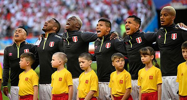 Cueva, Farfán, Advíncula, Flores, Yotún y Carrillo en un himno para la historia en Rusia 2018. (Foto: Reuters)