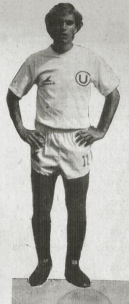 Aquí la imagen del otro 'Árabe', César Kajatt, con camiseta de Universitario (Recorte: libro Enciclopedia de los Campeones)