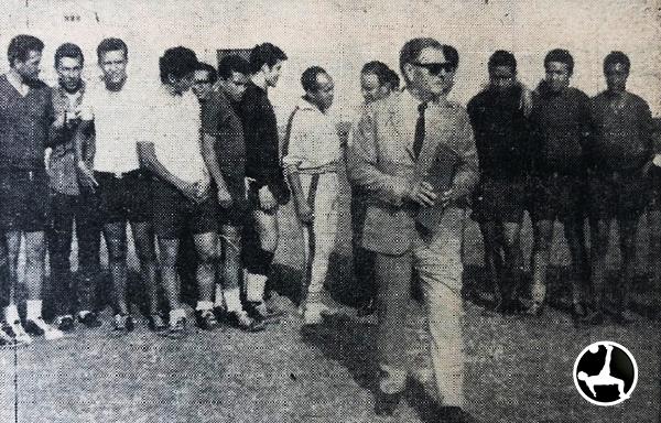 Roberto Scarone con jugadores y dirigentes en plena presentación con los cremas. (Recorte: diario La Crónica)