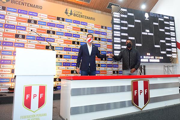 Víctor Villavicencio, gerente general de la Liga de Fútbol Profesional, y Jair Yglesias, capitán del Atlético Grau campeón el 2019 presentaron los emparejamientos de la Copa. (Foto: Prensa FPF)