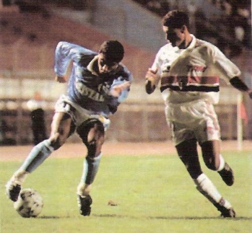 El 'Coyote' Julio Rivera en acción durante el Cristal 0 - Sao Paulo 0 por la Copa Conmebol 1994 (Recorte: revista Estadio)