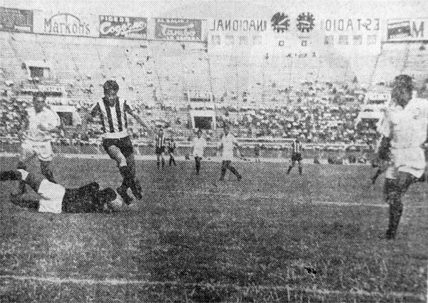 Peñarol llegaba como primer campeón continental y debutó al año siguiente frente a Universitario. (Foto: diario La Prensa)