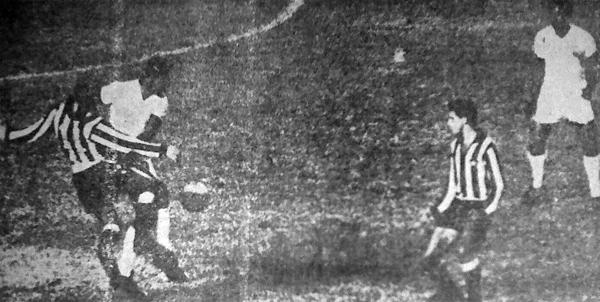 Una imagen del duro partido que debió afrontar Alianza, de uniforme blanco, ante Botafogo en Río. Aquí, a la izquierda, Adolfo Donayre pelea por la posesión del balón con Iraldo mientras observan la acción Víctor 'Pitín' Zegarra y Roberto (Recorte: diario La Prensa)