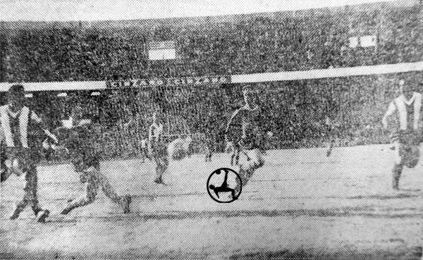 Un remate de Raúl Bernao en área de Alianza Lima que al final no pasó apuros con la acción (Recorte: diario La Crónica)