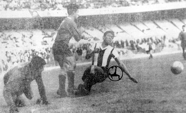 Rodolfo Bazán pasa apuros en un ataque de Independiente (Recorte: diario La Crónica)