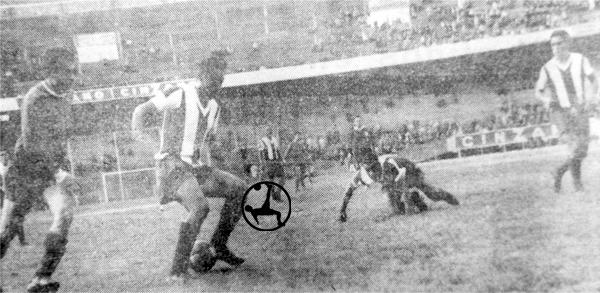 Rodolfo Guzmán frena un avance de Independiente mientras Orlando Lavalle yace tendido tras un resbalón (Recorte: diario La Crónica)