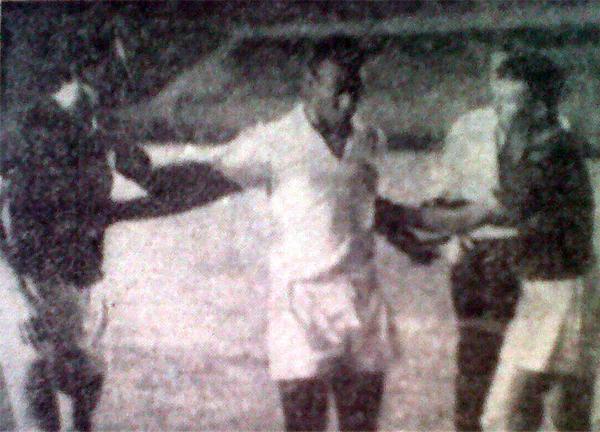 El saludo de José Fernández y Luis Cruzado con Pelé, dueño de todas las atenciones en aquel encuentro que acabó con victoria para Santos (Recorte: diario La Crónica)