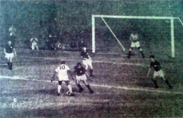 ¡Así jugaba Pelé!, o mejor dicho, así marcó Universitario a O Rei. Esta postal se repitió a lo largo de la noche en la que el astro brasileño llegó a Perú para jugar la Libertadores (Recorte: diario La Crónica)