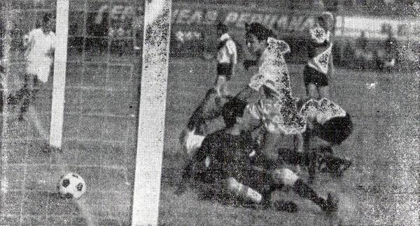 El balón acaba de trasponer la línea de gol para convertirse en el primer tanto crema obra de 'Kilo' Lobatón (Recorte: diario La Crónica)
