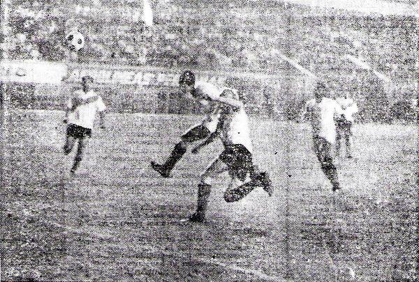 Así se produjo el segundo gol de la 'U' sobre Always Ready, con un fuerte cabezazo de Percy Rojas tras una puñalada de Víctor Calatayud (Recorte: diario La Crónica)