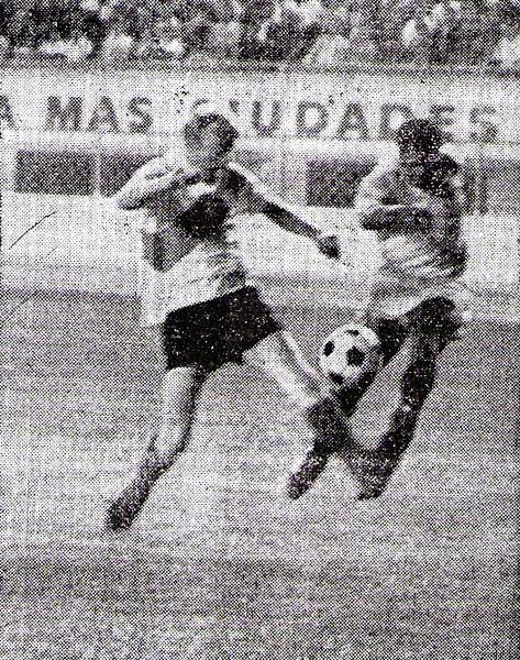 'Kilo' Lobatón estuvo muy activo en ataque contra el conjunto boliviano, tal como aquí que desborda la marca de Juan Staukas (Recorte: diario La Crónica)