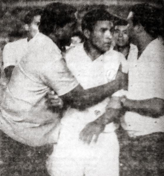 El abrazo de Marcos Calderón para Héctor Chumpitaz, en una de sus campañas con la camiseta de Universitario (Recorte: diario La Crónica)