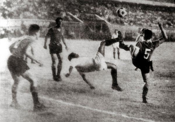 Daniel Flores ensaya una chalaca en el partido que Universitario se despachó con un 5-1 sobre el Wilstermann (Recorte: diario La Crónica)