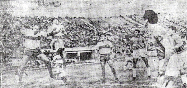 Escena del partido en el que Aurich se impuso sobre la Católica de Chile en 1969 (Recorte: diario La Crónica)
