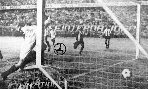 Percy Rojas celebra la conquista con la que Universitario evitó caer frente a Alianza (Recorte: diario La Crónica)