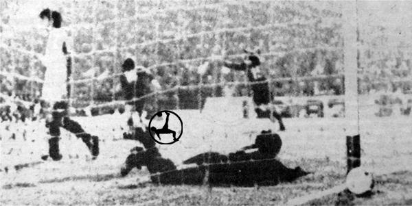 Humberto Ballesteros nada pudo hacer para evitar el gol de Maglioni que le dio el título a Independiente (Recorte: diario El Comercio)