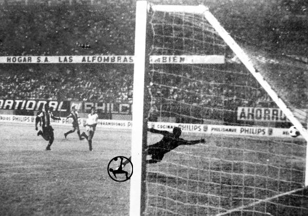 El gol de Oswaldo Ramírez que le dio el triunfo a Universitario sobre Alianza Lima (Recorte: diario La Crónica)