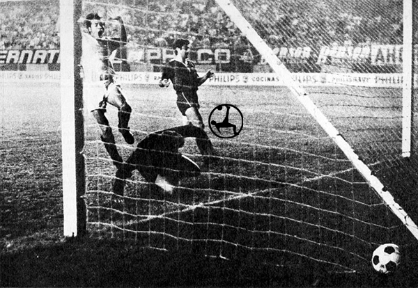 El primer gol de Universitario frente a la U de Chile, obra de 'Cachito' Ramírez (Recorte: diario La Crónica)