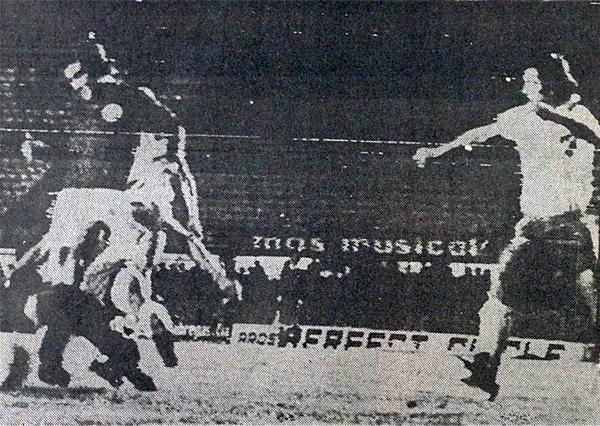 Juan Carlos Oblitas aparece en primer plano a punto de ceder el balón que luego 'Cachito' Ramírez convirtió en el 1-1 de la 'U' (Recorte: diario La Prensa)