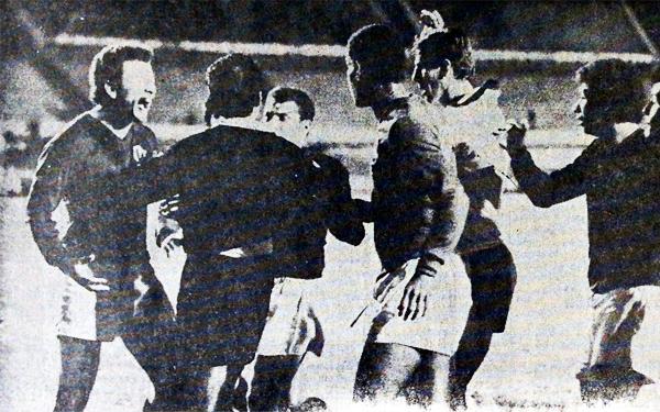 El árbitro Vicente Lobregat acaba de marcar el penal que selló el 3-3 final y sufre los reclamos a voz en cuello de Fernando Cuéllar y Luis Cruzado, quien tomó del uniforme al de negro (Recorte: diario El Comercio)
