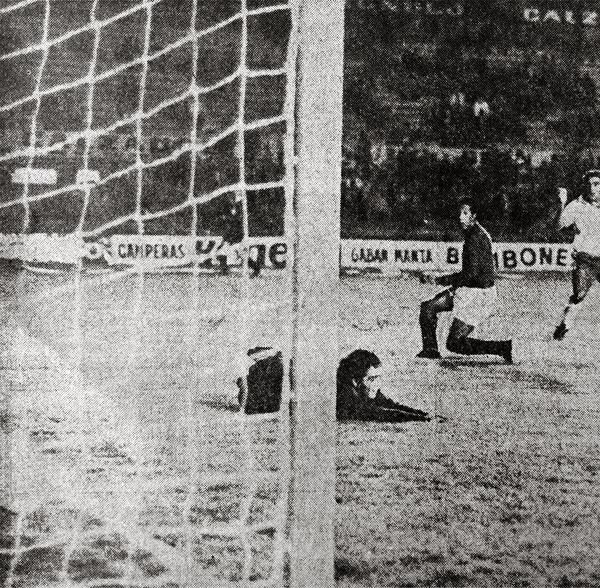 Luis Cubilla inicia su grito de gol luego de anotar el segundo de Nacional ante la presencia del defensa Juan Luna (Recorte: diario El Comercio)