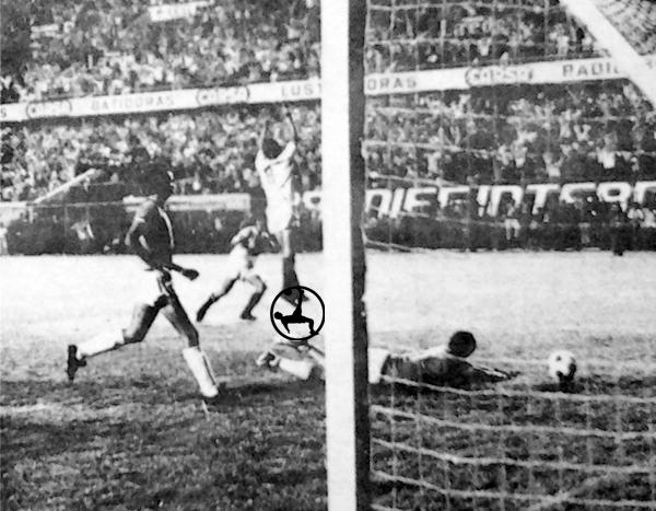 Segundo gol de Universitario sobre Nacional en 1972, tanto anotado por Oswaldo Ramírez (Recorte: diario La Crónica)