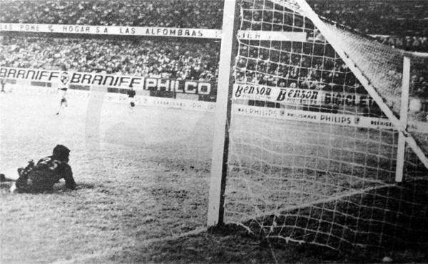 Así quedó vencido Éver Almeida en su arco tras la definición de Vinha de Souza que le dio la victoria a Cristal (Recorte: diario La Crónica)